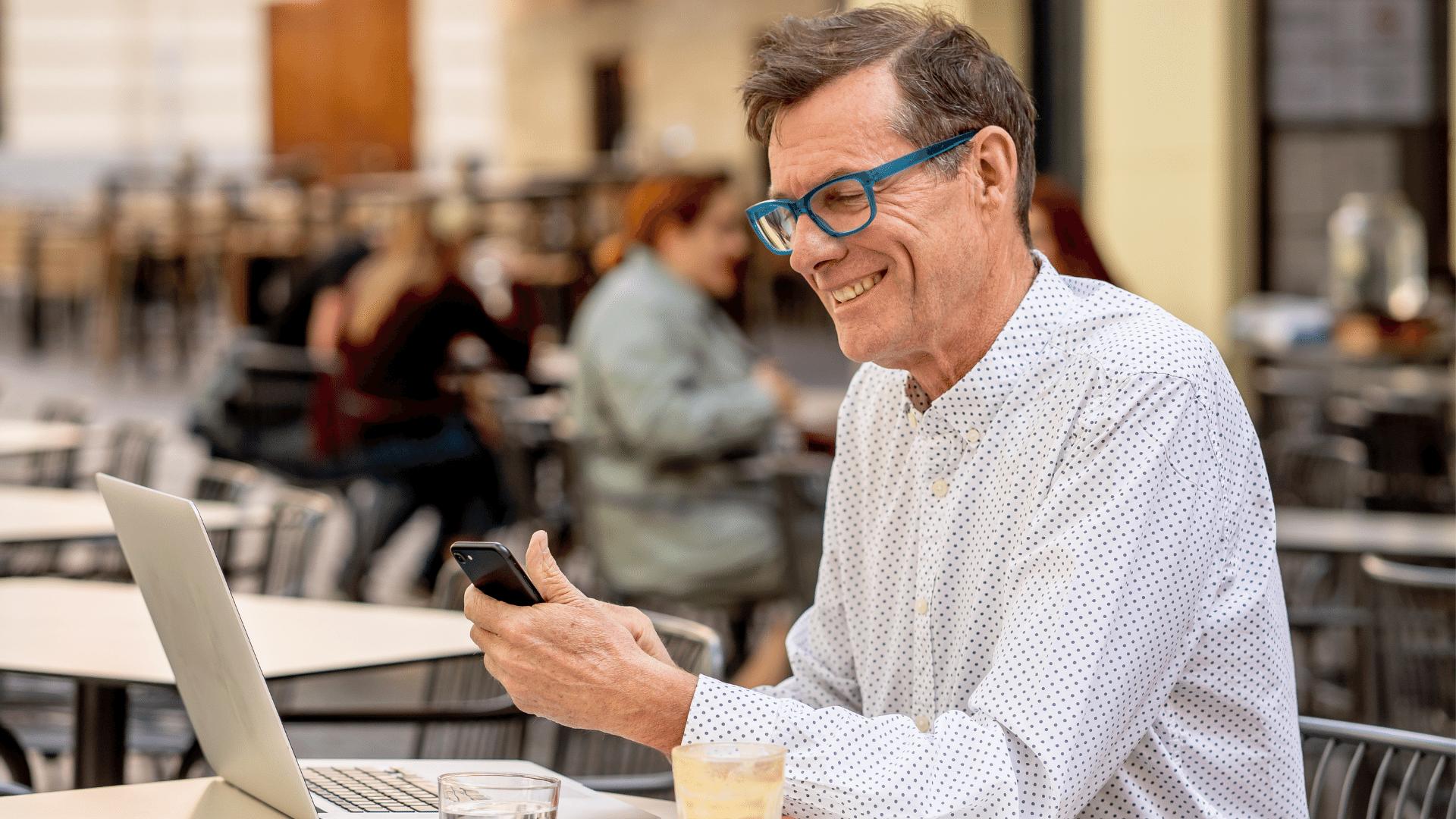 Persona al lavoro in smart working in una caffetteria