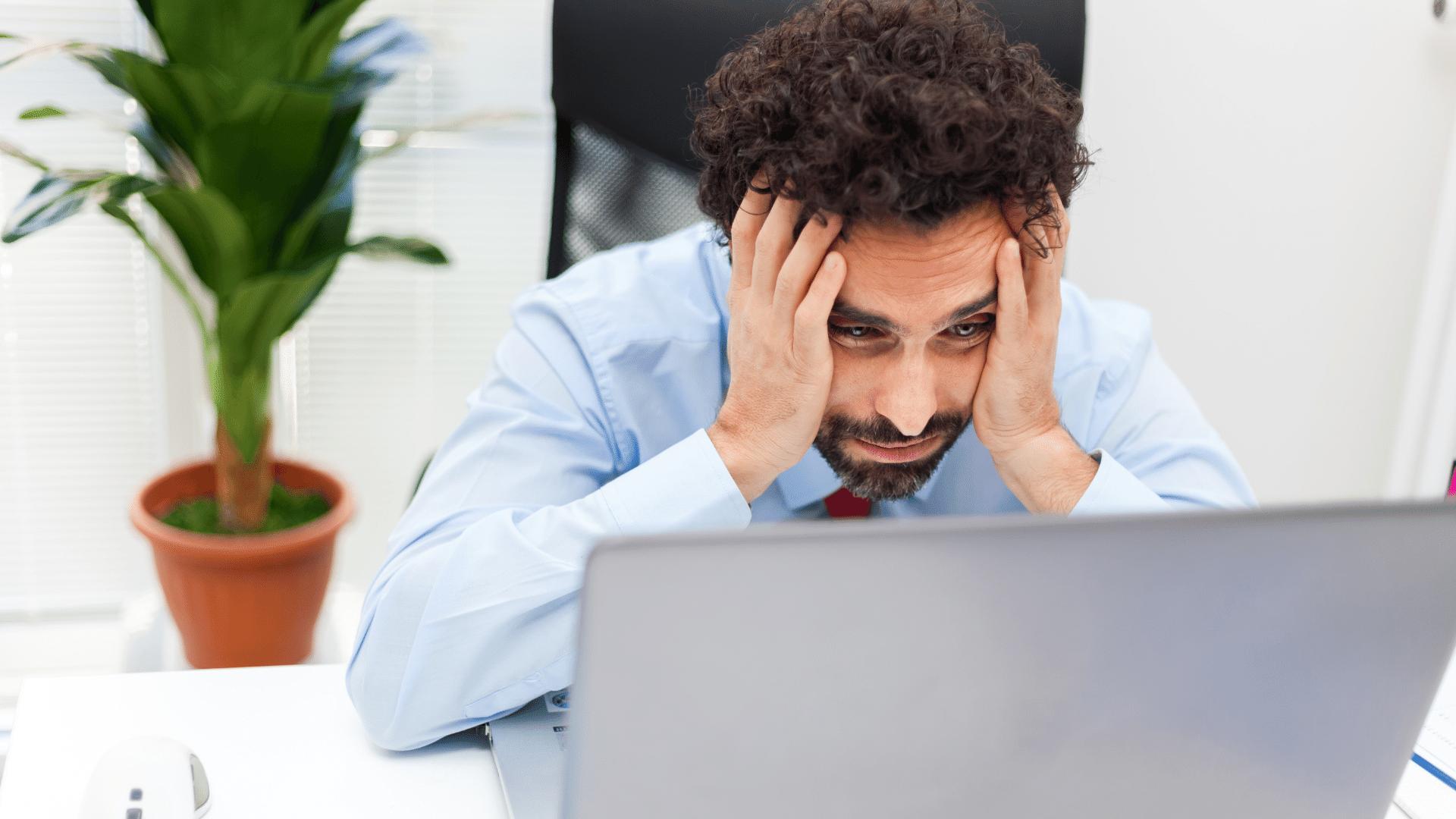 Manager si dispera davanti al computer portatile