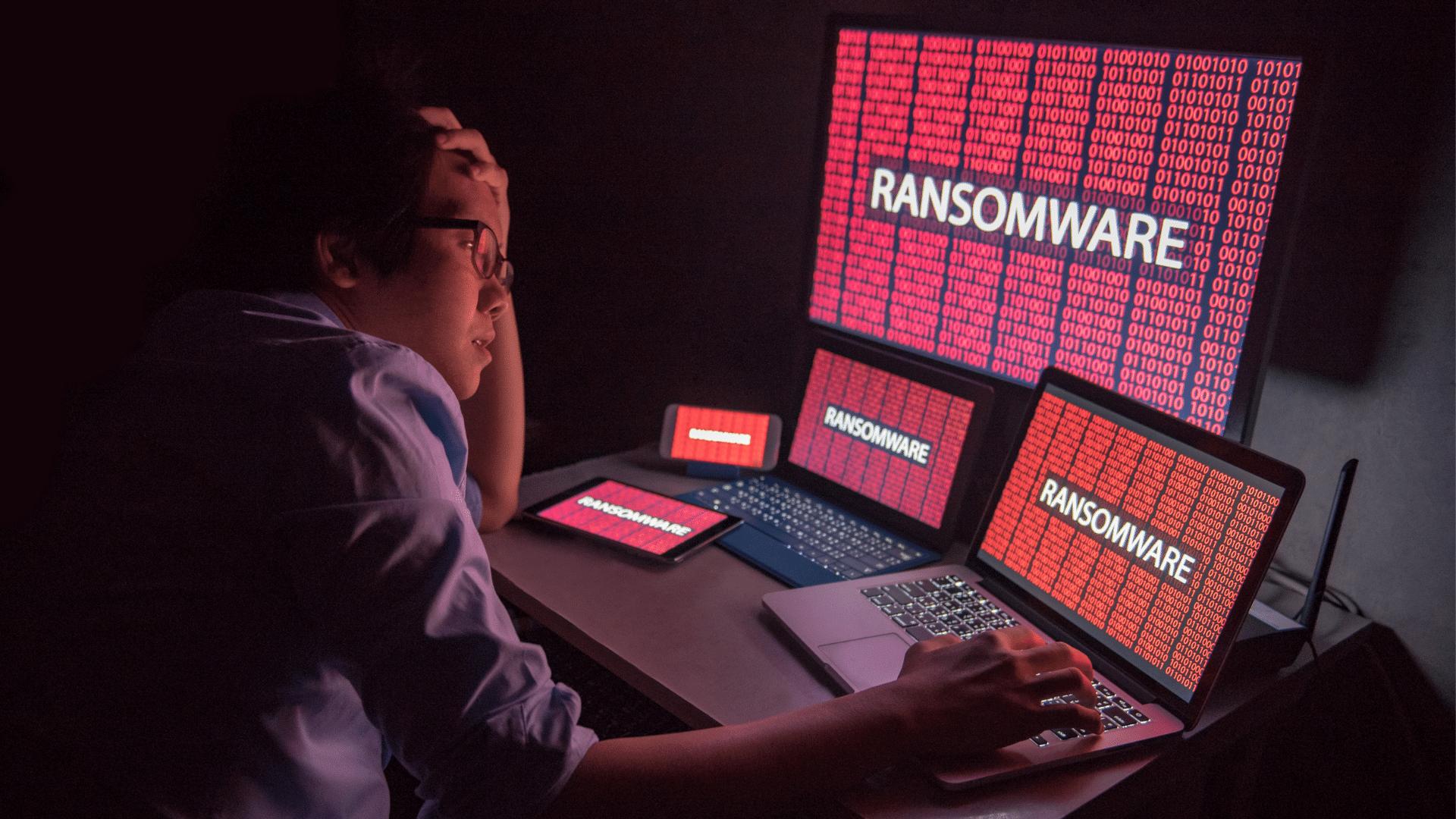 Persona davanti a dispositivi attaccati da ransomware
